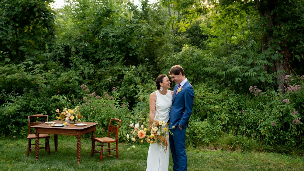 Intimate first look on the front lawn. (ALN Images, Many Graces Floral)